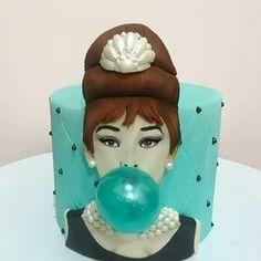 torta sa ukrasom u vidu žvakaće gume, balončića