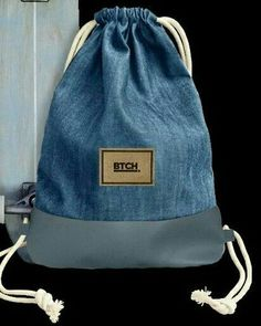 Handmade high quality gym bag made of upcycled denim in cool Artisanats Denim, Patched Jeans, Denim Backpack, Backpack Bags, Cheap Skinny Jeans, Denim Ideas, Creation Couture, Linen Bag, Recycled Denim