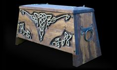 Wikingertruhe 1 Diy Wood Box, Wood Boxes, Larp, Skyrim House, Wood Projects, Woodworking Projects, Vikings, Viking Tent, Medieval Furniture