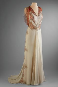 """""""Ingenue to Icon,"""" slideshow featuring apparel of Marjorie Merriweather Post: Afternoon Evening Dress (Photo by Renée Comet) Afternoon Dress, Bergdorf Goodman, New York, Printed chiffon. Vintage Gowns, Mode Vintage, Vintage Outfits, Vintage Hats, 1930s Fashion, Look Fashion, Vintage Fashion, Edwardian Fashion, Gothic Fashion"""