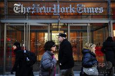 米ニューヨーク(New York)にある米紙ニューヨーク・タイムズ(New York Times)の本社ビル入り口(2011年3月8日撮影)。(c)AFP/Emmanuel Dunand ▼28Jul2014AFP|NYタイムズ、社説でマリフアナ合法化を呼び掛け http://www.afpbb.com/articles/-/3021618