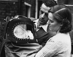 Il primo bambino nato a Londra dopo la dichiarazione di guerra contro la Germania di Regno Unito e Francia, avvenuta il 3 settembre del 1939. Nella foto Mooney è stato appena portato a casa dai genitori e indossa una maschera antigas, realizzata appositamente per i neonati. La foto è del 14 settembre 1939.