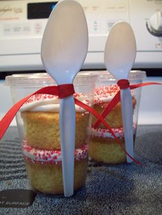 Very fun and creative idea for cupcakes on the go or for a party. So many possibilities !