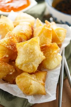 Sweet Cream Cheese Wontons: Crispy Wontons fried or baked to golden perfection and filled with a sweet, two-ingredient cream cheese filling. A perfect appetizer to please all pallets! Wonton Recipes, Appetizer Recipes, Snack Recipes, Cooking Recipes, Snacks, Italian Appetizers, Dinner Recipes, Vegan, Desserts Ostern