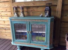 Oude kastje in de veranda gerestyled in Provence met Country Grey. Afgewerkt met donkere was