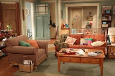 Set decorator Ann Shea tells HGTV how she created the charming sets of the CBS sitcom 'Mom,' starring Anna Faris and Allison Janney. Anna Faris, Tv Sets, Interior Concept, Home Tv, Sofa, Couch, Living Room Sets, Cottage, Furniture