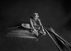 © Sebastião Salgado – Sanctuaires - Teureum, sikeirei et chef d'un clan mentawai. Ce chaman prépare un tamis à sagou à l'aide des feuilles de sagoutier. Île de Siberut, Sumatra occidental. Indonésie, 2008.