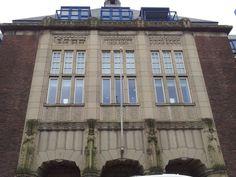 Oostplantsoen 94-125 - voormalige Universiteitsbibliotheek Op het voormalig militair exercitieterrein tussen Raam en Oostplantsoen ligt het oude bibliotheekgebouw van de Technische Hogeschool Delft. Het gebouw bestaat uit twee delen: het hoofdgebouw met lees- en studiezalen en werkkamers en daarachter, aan de Doelenstraat, het 'onbrandbare' depotgebouw.