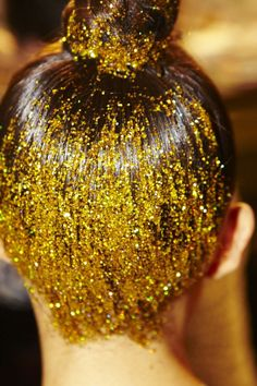 Gold glitter top bun - the expensive way or the cheap way ! Hair Inspo, Hair Inspiration, Glitter Make Up, Gold Glitter, Gold Gold, Glitter Wine, Glitter Gifts, Gold Sparkle, Glitter Nails