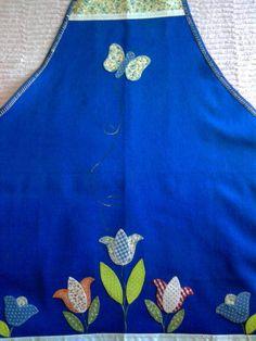avental de cosinha feito em brim leve. bordado à mão, em patch-apliquê. acabamento em viés, bordado  ingles e tecido...tricoline.