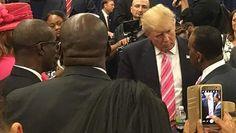 De mensen rond Donald Trump proberen de mensen te overtuigen dat hij een betere persoon is dan hij is door te zeggen dat hij geen racist is omdat hij spreekt met een zwarte man