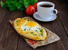 Влейте на сыр яйцо и запеките в духовке, при этом старайтесь, чтобы желток остался сырым – в него так вкусно макать кусочки хачапури