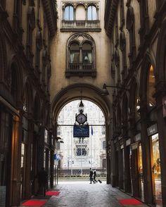 Foto di @basel_  Si narra che anche il Duomo di Milano di Milano abbia il suo fantasma che vaga sconsolato. E' capitato a diversi fotografi di scattare una foto a una coppia di sposi  dopo la cerimonia nuziale sulla porta del Duomo di Milano e successivamente scorgere dietro di loro una donna sconosciuta vestita di nero.  Questa misteriosa figura sembra essere il fantasma di una certa Carlina vissuta a Schignano vicino a Como dove era in voga l'antica usanza di far vestire le spose a lutto…