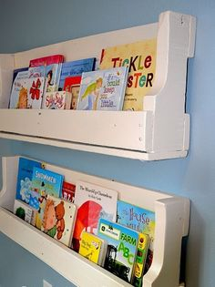 Little Lucy Lu: From Pallet . to Bookshelves! Simple tutorial for turning a pallet into face-out bookshelves for kids. Only cost is the paint. Old Pallets, Recycled Pallets, Wooden Pallets, Free Pallets, Painted Pallets, Pallet Projects, Craft Projects, Diy Pallet, Pallet Ideas