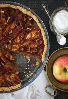 Piimä on omenapiirakan uusi salaisuus – Se tekee pohjasta pehmeän ja tuo särmää kinuskiseen täytteeseen - Kiusauksessa - Helsingin Sanomat
