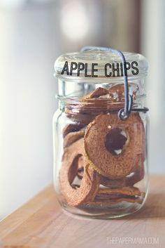 Cute, easy neighbor gift idea instead of cookies: Apple Chips