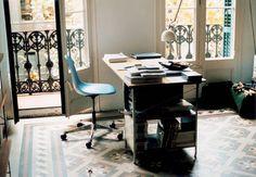Skrivbordet Eames Desk Unit (EDU) från Vitra är en del av ett projekt från 1949 där Charles och Ray Eames utvecklade en serie fristånde kontorsmöbler med en industriell känsla. När det kom till färgsättningen tog Eames hjälp den holländska formgivaren Hella Jongerius. Panelerna i de olika färgerna ger ett lekfullt och inbjudande intryck, vilket gör skrivbordet perfekt för det inspirerande hemmakontoret.