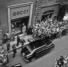 Fashion trends : Firenze 1921 Gucci opens the first sore. Firenze 1921 Gucci opens the first sore. Gray Aesthetic, Black Aesthetic Wallpaper, Black And White Aesthetic, Aesthetic Vintage, Aesthetic Photo, Aesthetic Pictures, Black Wallpaper, Black And White Picture Wall, Black White