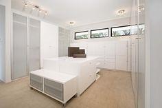 Ikea Kleiderschrank Mit Schiebetüren Modern Stil Für Ankleidezimmer Mit White Walls Von Mark English Architects, AIA in San Francisco