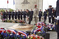 08.05 Le président français allume la flamme du soldat inconnu sur la place de l'Etoile à Paris, en ce jour de célébration de l'armistice marquant la fin de la seconde Guerre mondiale.Photo: AFP/Remy de la Mauviniere