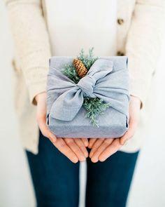 Furoshiki and Green Wrapping Ideas Diy Fabric Gift Wrap, Fabric Gifts, Diy Reusable Gift Wrap, Christmas Gift Wrapping, Christmas Gifts, Holiday Gifts, Christmas Cocktails, Santa Gifts, Homemade Christmas