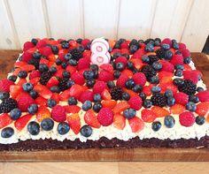 Gæsternes yndlings sommerkage | DoodleMor Sweet Recipes, Cake Recipes, Dessert Recipes, Toffee Bars, Danish Food, Pastry Cake, Summer Treats, Creative Cakes, Fondant Cakes