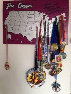Here is my creative idea for a medal holder to display all my marathon and half marathon medals from all 50 states. I love getting a new medal to fill in my map. Race Medal Displays, Display Medals, Medal Rack, Running Medals, Race Bibs, Medal Holders, Running Motivation, Fitness Motivation, Keep Running