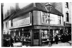 Reading 1900 Corner of Broad Street and Chain Street (in this bookshop was the Post Office! Great Photos, Old Photos, History Of Reading, Reading Fc, Reading Berkshire, Country Casual, Post Office, Old And New, Childhood