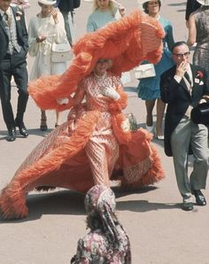 Her outrageous ensembles and humongous hats have earned Mrs Gertrude Shilling the title of the 'Ascot Mascot'. In she chose an apricot feathered dress with a matching hat designed by her son, milliner David Shilling. Trend Board, Race Day Hats, Funky Hats, Crazy Hats, Big Hats, We Wear, How To Wear, Pamela, Haute Couture