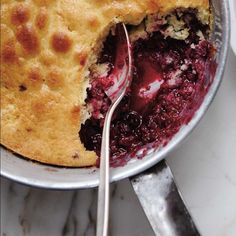 Berry Pudding Cake (The Best) Dessert Aux Fruits, Pie Dessert, No Cook Desserts, Easy Desserts, Dessert Ricardo, Blueberry Pudding Cake, Ricardo Recipe, Berry Cake, Pudding Recipes