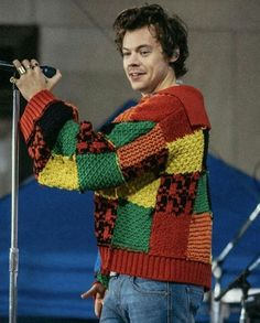Harry Styles Clothes, Hary Styles, Coffee Shop Aesthetic, Rainbow Cardigan, Harry Styles Pictures, Harry Edward Styles, Crochet Clothes, Aesthetic Clothes, Crochet Top