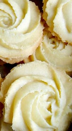 Melting Moments Cookies - These delicate butter cookies are a great treat with the simple flavors of butter and vanilla. Lovely with tea or coffee! ❊