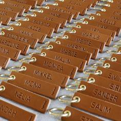 Bordkort i læder - køb dine unikke bordkort hos byRavn - byRavn.dk Leather Keychain, Key Rings, Best Sellers, Invitation, Wallet, Party, Fester, Wedding, Keychains