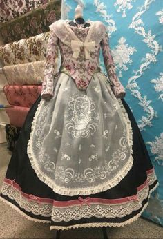 Nines de coto Weak In The Knees, Vintage Gowns, Traditional Fashion, Marie Antoinette, Fashion Outfits, Womens Fashion, Beauty And The Beast, Doll Clothes, Costumes