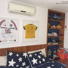 A paixão pelos esportes costuma vir de criança. Nesse quarto infantil, as bolas de futebol, vôlei e basquete viraram peças de decoração, assim como as camisas autografadas que foram enquadradas.