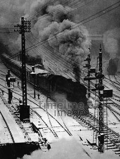 Gleisanlage, ca. 1920er Jahre Timeline Classics/Timeline Images #1920s #Eisenbahn #Zug #Züge #Bahn #Schienen #Train #Railroad #Railway #Transport #Technologie #Qualm #Schienenverkehr #Winter #Lokomotive #Dampflok #Dampflokomotive
