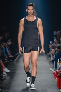 Amir Slama showed his Spring/Summer 2017 collection during São Paulo Fashion Week. Sport Fashion, Look Fashion, Mens Fashion, Fashion Trends, Gym Style, Mode Style, Mode Outfits, Sport Outfits, Hot Men