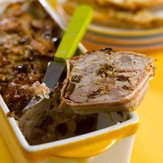 Terrine Lapin aux Pruneaux    -      1 Coupe pruneaux et  lapin désossé par en pts morceaux. Pele  hache grossière oignons. Fais dorer 15 mn dans  sauteuse avec huile et beurre. Verse le porto, sale et poivre. Mélange. 2 Four 160 ° -  Mélange dans saladier  oignons  pruneaux,  lapin,  dés de lardons et  œuf battus. 3 Tapisse intérieur 1 terrine avec  tranche poitrine fumée. Remplisse prép au lapin  tassant bien. Enfourne la terrine 1 h dans un bain-marie. Laisse refroidir et réserve au frais