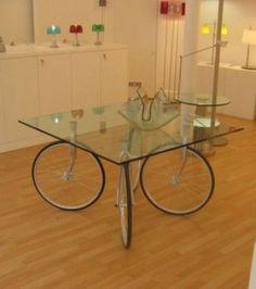idéias para reutilizar: idea for reusing bike wheel.make a table Coffee Table Design, Unique Coffee Table, Coffee Tables, Creative Coffee, Glass Table, A Table, Tire Table, Table Legs, Dining Table