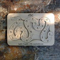 Экологически чистая, деревянная Английская азбука змейка «Snake» от  menitobi.com , станет чудесным подарком подрастающему поколению и поможет в изучении английского языка и алфавита:      развивает мелкую моторику     процесс обучения через игру     буквы сегменты можно раскрашивать     экологически чистый и безопасный материал  Габаритные размеры планшетки 26х18х1см.