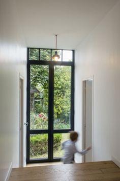 Zwartgrijs aluminium raam. Realisatie van Belisol Versailles (FR).