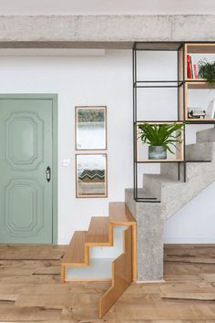 Urban refuge: a maisonette duplex (Photo: Gisele Rampazzo / publicity) Home Stairs Design, Interior Stairs, Home Room Design, Interior Exterior, House Design, Interior Design, Stairs In Living Room, House Stairs, Colorful Apartment