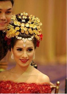 Indonesian wedding. I love it! Indonesian Wedding, Wedding Costumes, Traditional Outfits, Traditional Weddings, Bride Makeup, Ethnic Fashion, Bride Hairstyles, Headdress, Kebaya