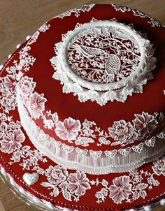 This cake supports the examples set during the Victorian Age. Lace was invited during her reign and was incorporated in the designs of many cakes. It is interesting how cakes can tell us so much history of what was going on at the time. #APEUROVICTORIA