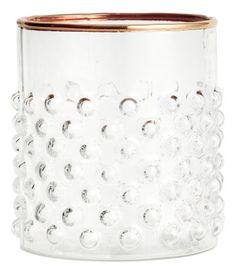 Klarglas. Trinkglas mit Strukturmuster und goldfarbenem Rand. Durchmesser 8 cm, Höhe 9,5 cm.