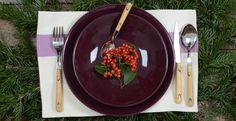 Assiettes en porcelaine colorée de Le Dorat Made in France /  Couverts de Nontron Made in France /  Set de table en toile rayée basque de Magescq Made in France