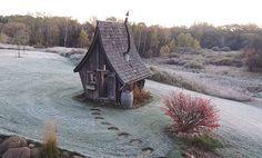 «tiny-houses» écologiques tout droit sorties de contes de fées, créations féériques de Dan Pauly, entre habitat et œuvres-d'art, réalisées avec des bouts de bois récupérés et réutilisés.
