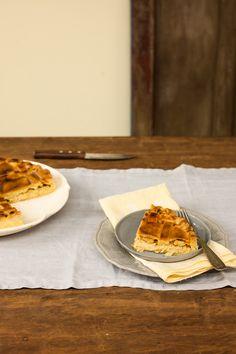 Torta de queijo com cebola caramelizada | #ReceitaPanelinha: Não vale ter medo nem preguiça de caramelizar a cebola, que, combinada com o queijo, dá profundidade ao sabor da torta. E, olha, se não tiver gruyère, pode fazer com queijo meia-cura ou minas padrão, que derretem bem.