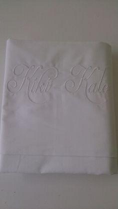Lakentje met naam Kiki-kate wit  geborduurd. Past goed in een brocante babykamer
