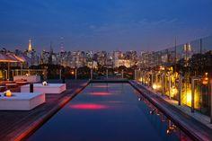 A piscina avermelhada do Hotel Unique, em São Paulo, oferece uma vista panorâmica da cidade
